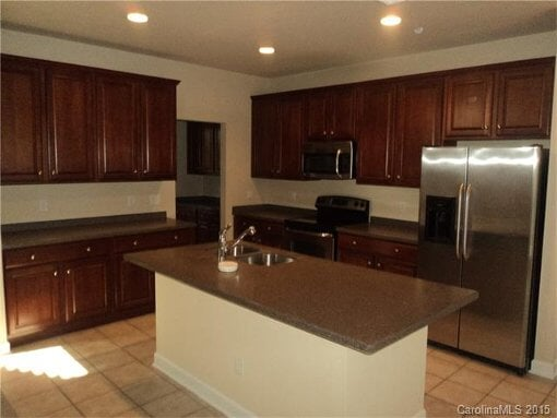 Photo 1,900 / 5 bedrooms - Great Deal. Must see!